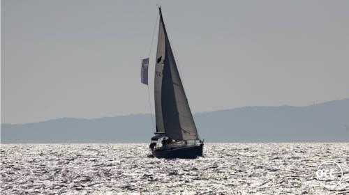 zeilende boot in avond zon