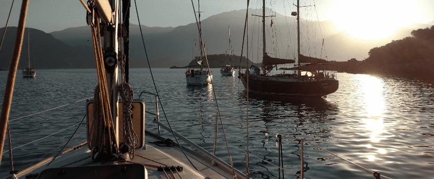 Boot onderweg voor onderhoud
