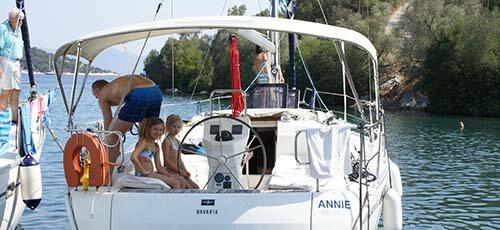 Kinderen op de zeilboot