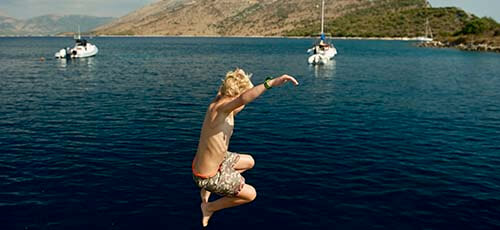 Jongen springt in het water