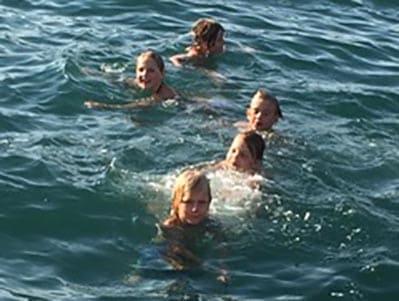 Joppe zwemt in de zee